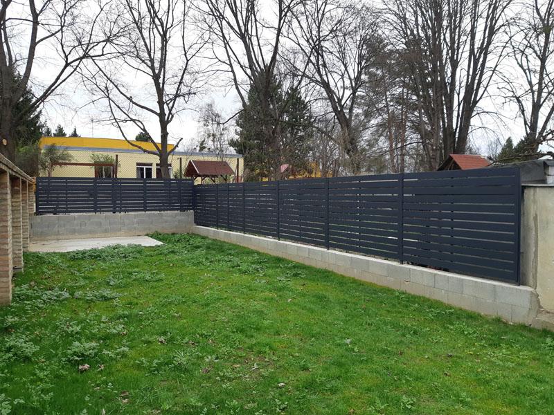 Antracit Vario kerítés 2 cm hézaggal