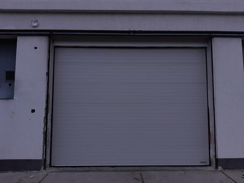 Ezüst színű ipari szekcionált garázskapu