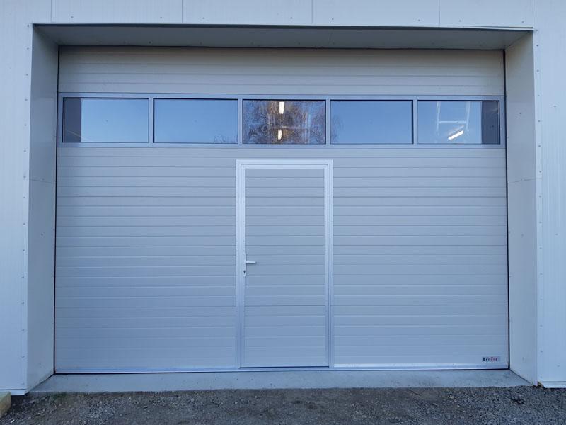Ipari szekcionált garázskapu panoráma bevilágítóval és kisajtóval