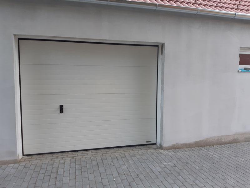 Kézi záras szekcionált garázskapu